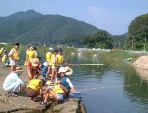 河口で魚釣り