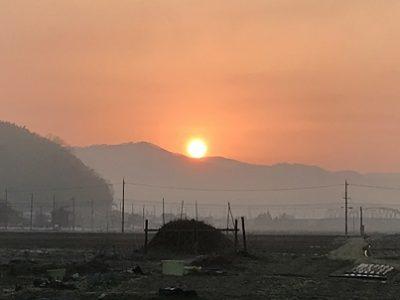早春の盆地の日の出